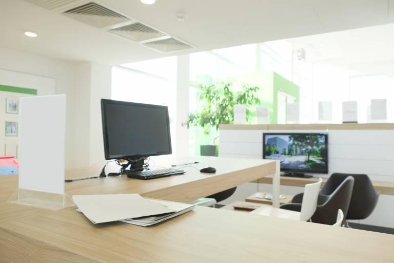 Poste de travail avec PC moderne et lumineux