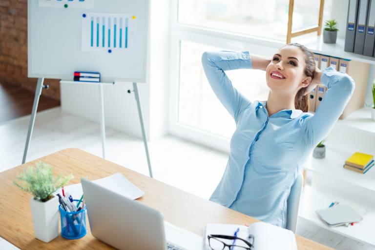 Femme manager relax à son bureau